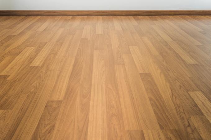Saman sävyinen lattialista ja lattia