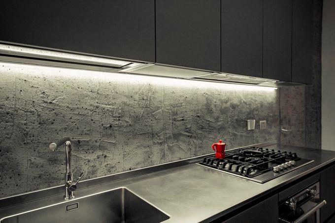 Keittiön seinä, jossa on käytetty mikrosementtiä