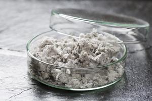 Asbestikartoituksessa kerätty näyte lasipurkissa
