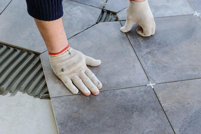 Vinosti leikatun lattialaatan kiinnitys