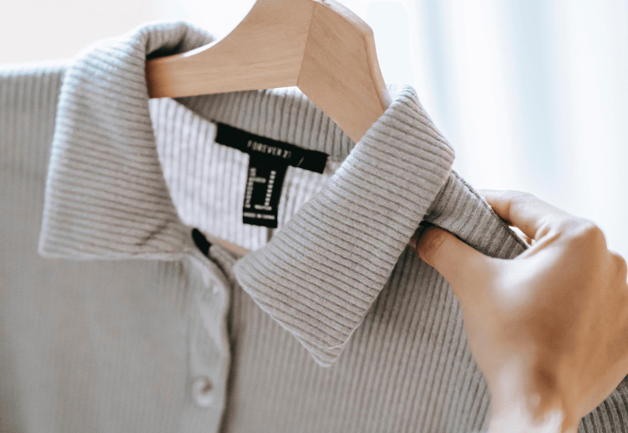 Ein Hemd in einer Frauenhand