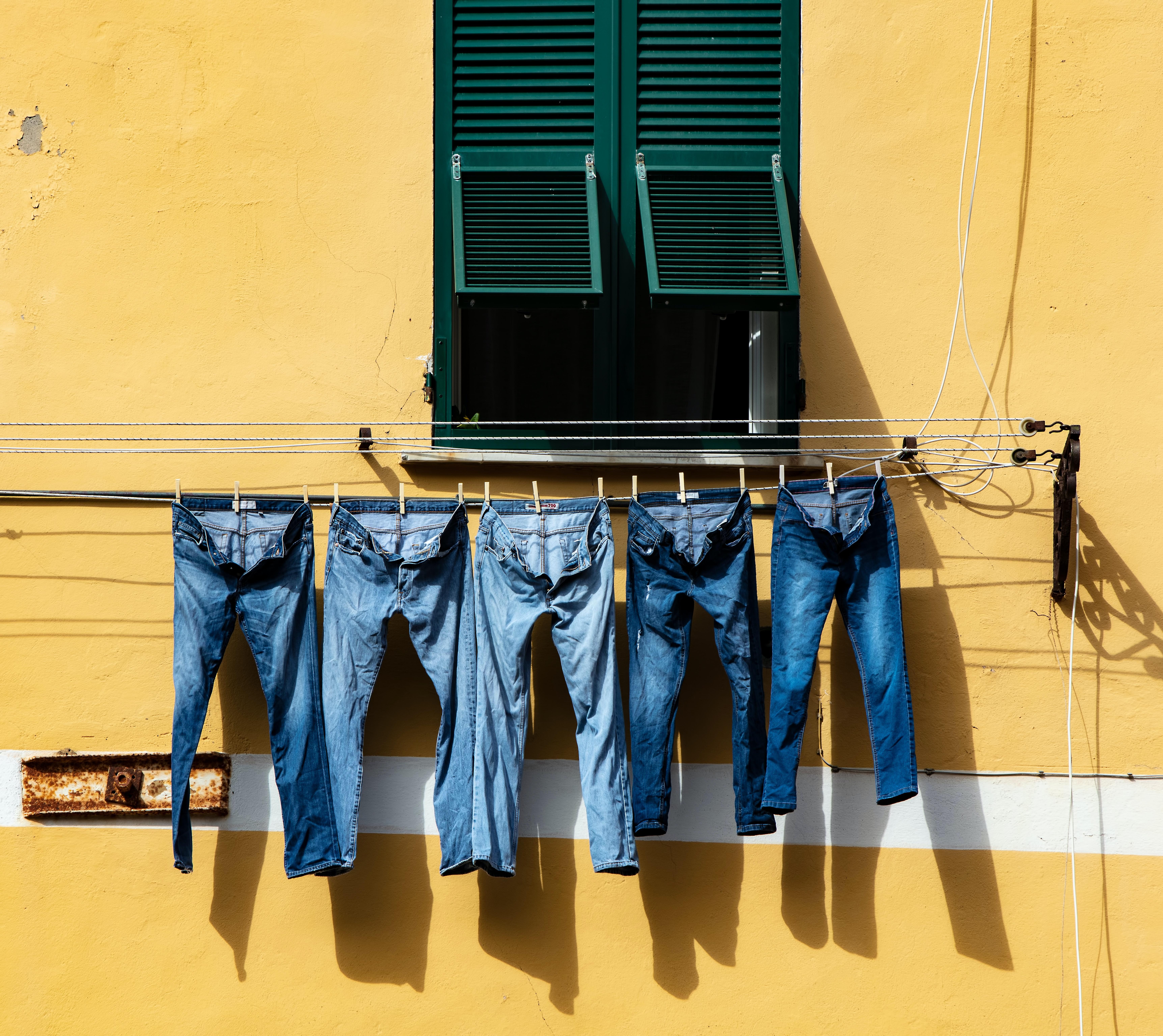 Jeans hängen draußen an einer Leine