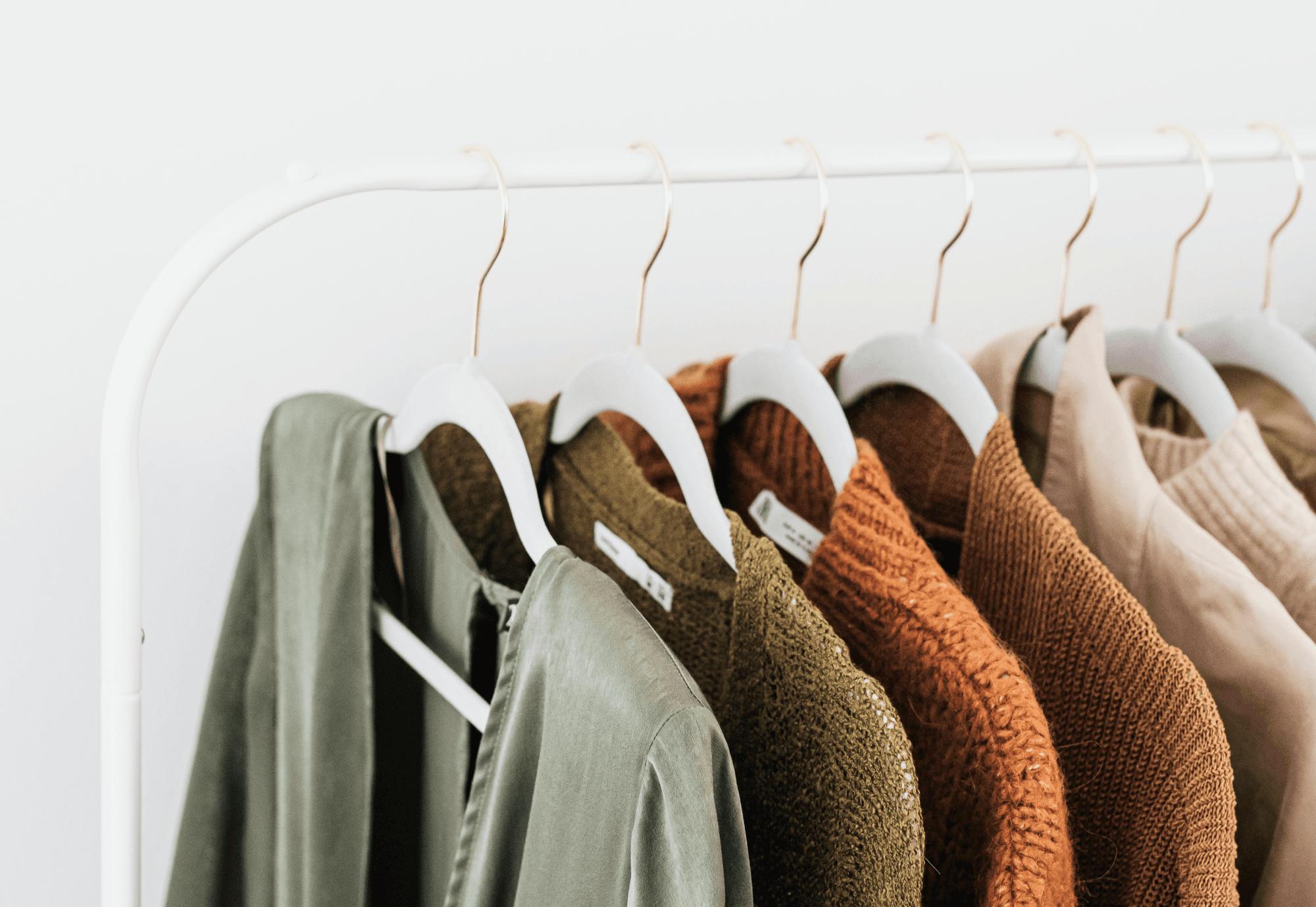 Kleider auf einem Kleiderständer