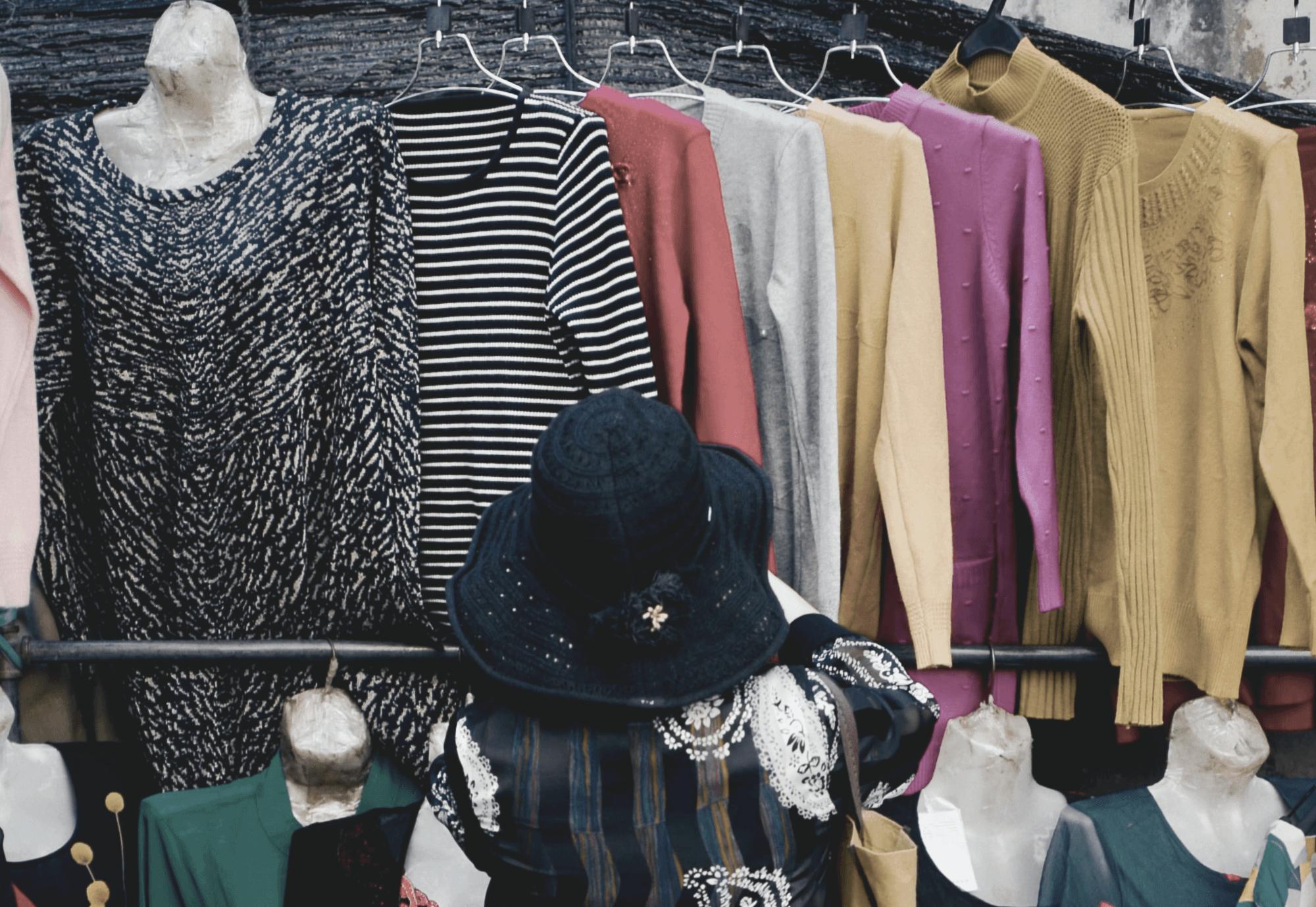 Frau sucht Kleidung aus.