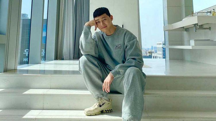 Park Seo Joon in a gray sweatshirt and sweatpants