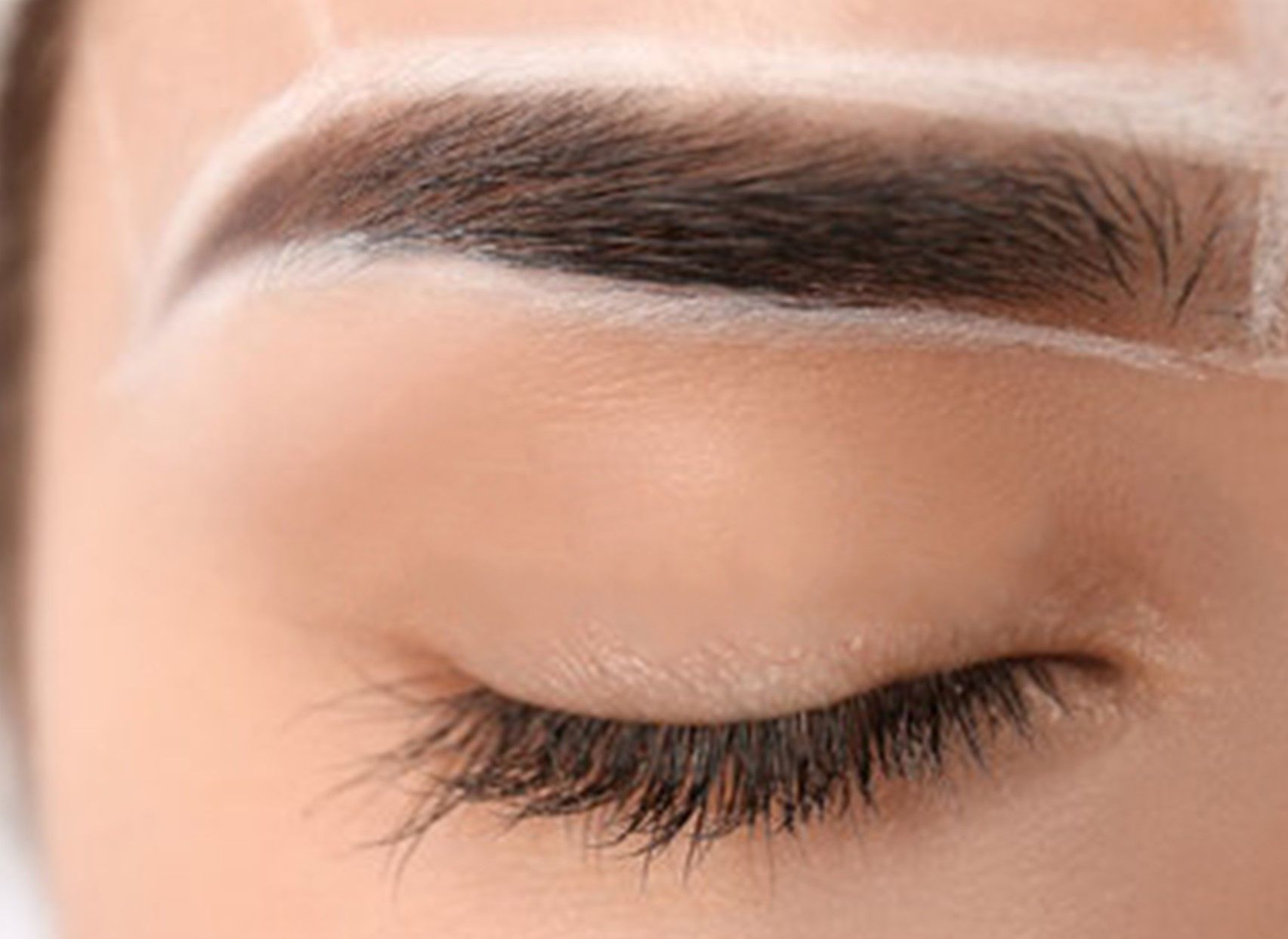 Eyebrows outline with white pencil