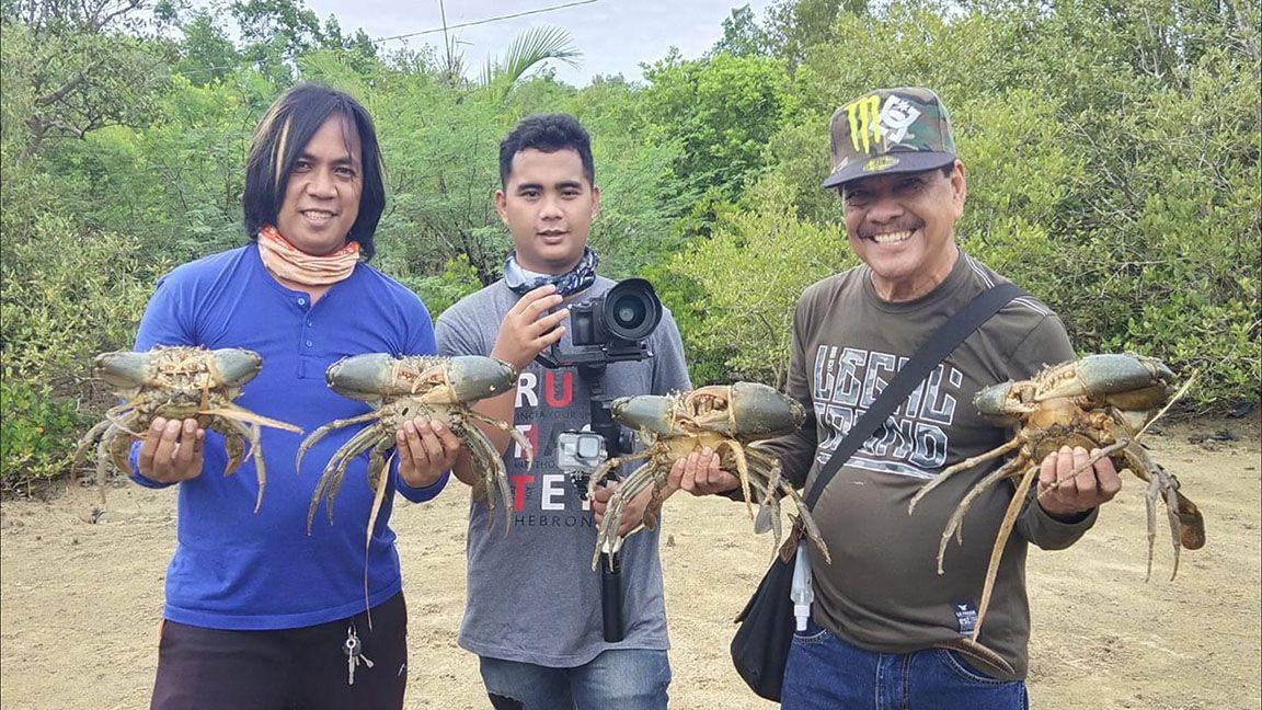"Filmmaker Francis ""Jun"" Posadas harvests crabs while in shoots in Lobo"