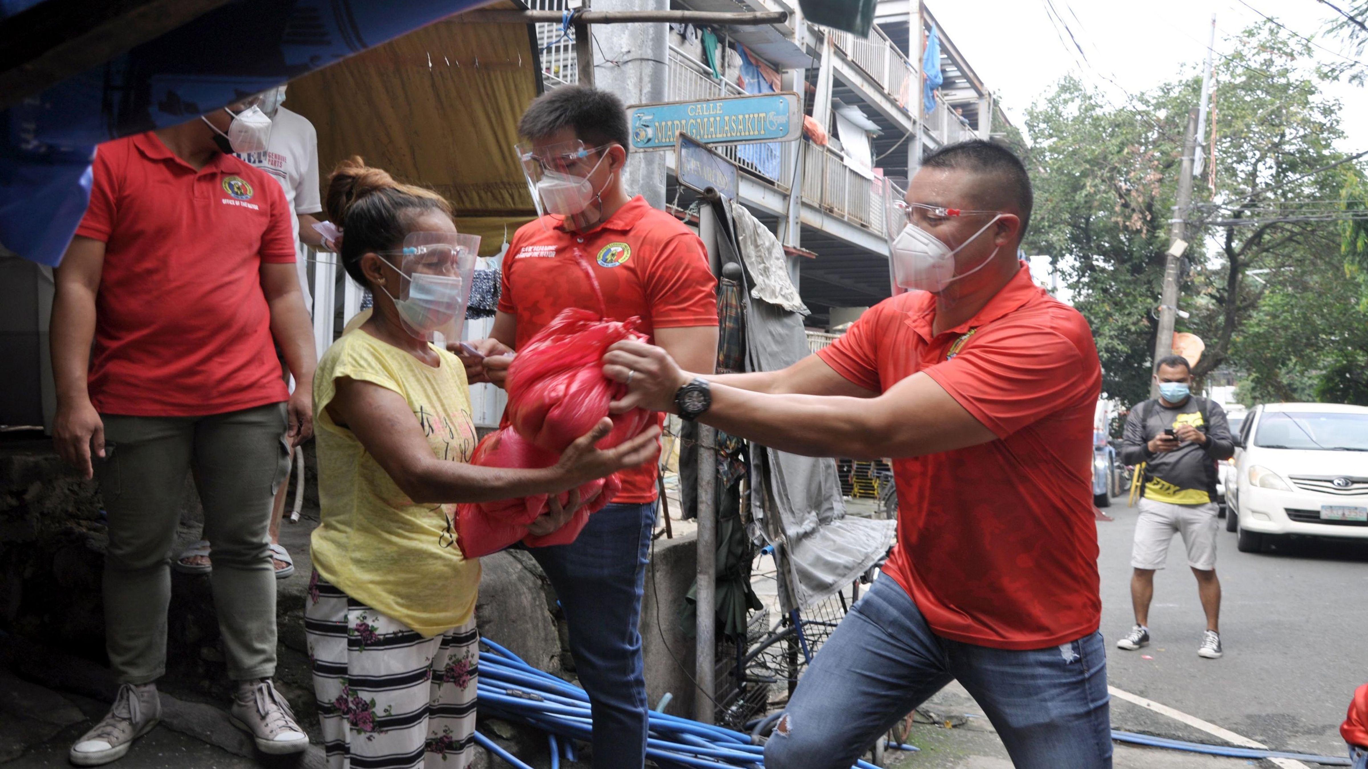 MORE AYUDA FOR SAN JUAN'S RESIDENTS photo by Danny Querubin