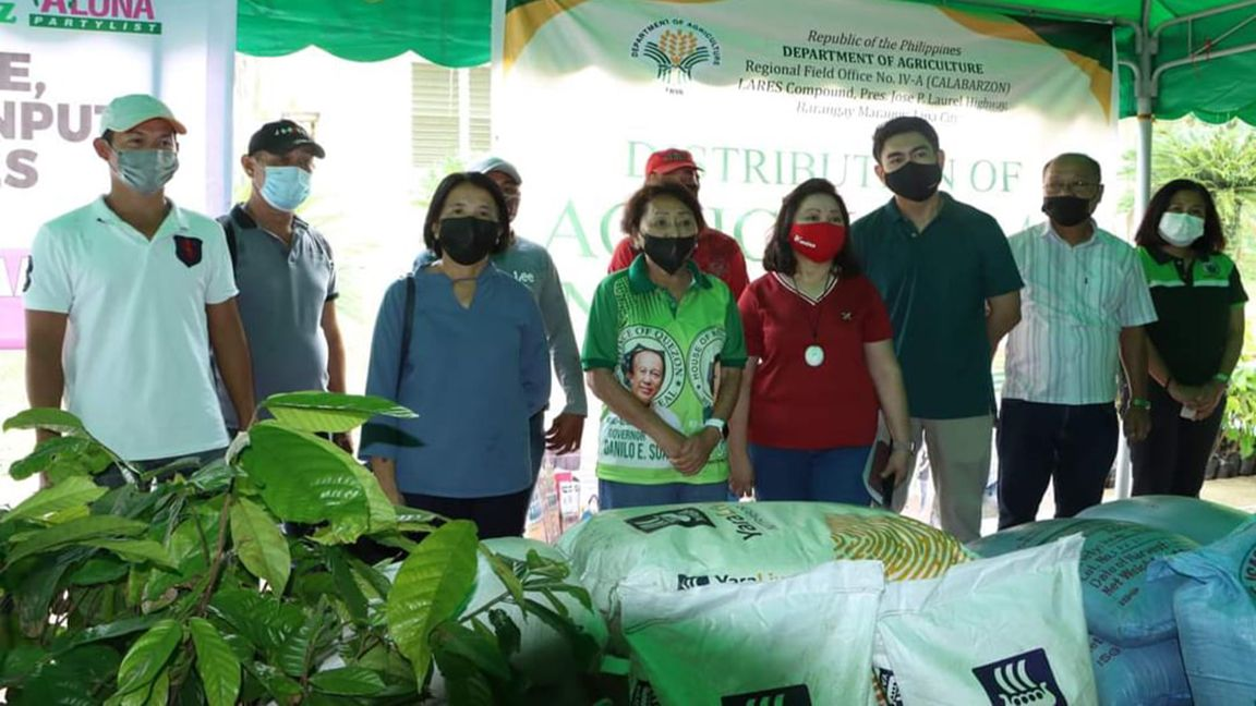 P8-M tulong pang-agrikultura, ipinamahagi sa Quezon photo DA RFO IV-A