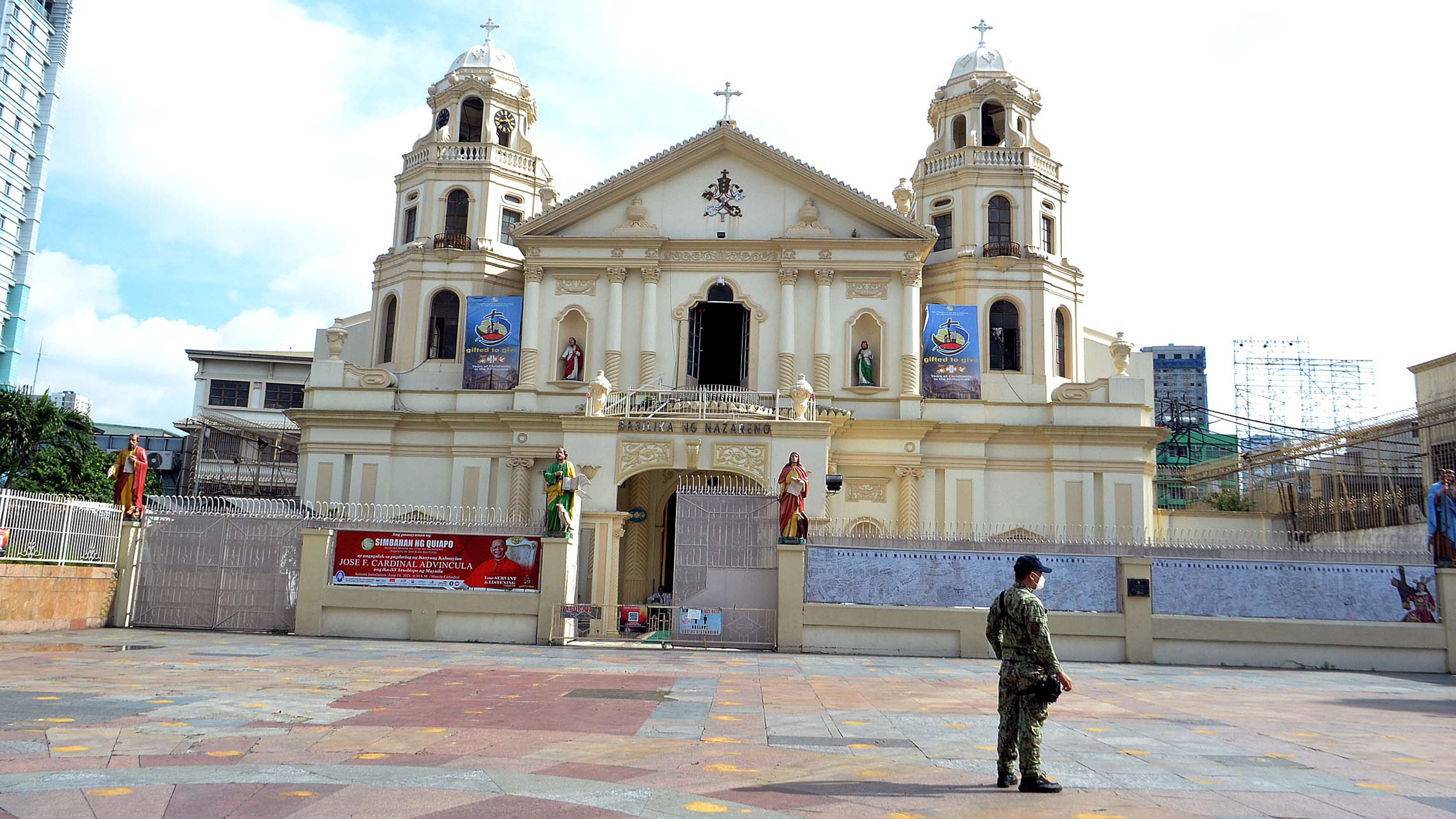 QUIAPO CHURCH STILL OFF LIMITS photo by Mike Taboy