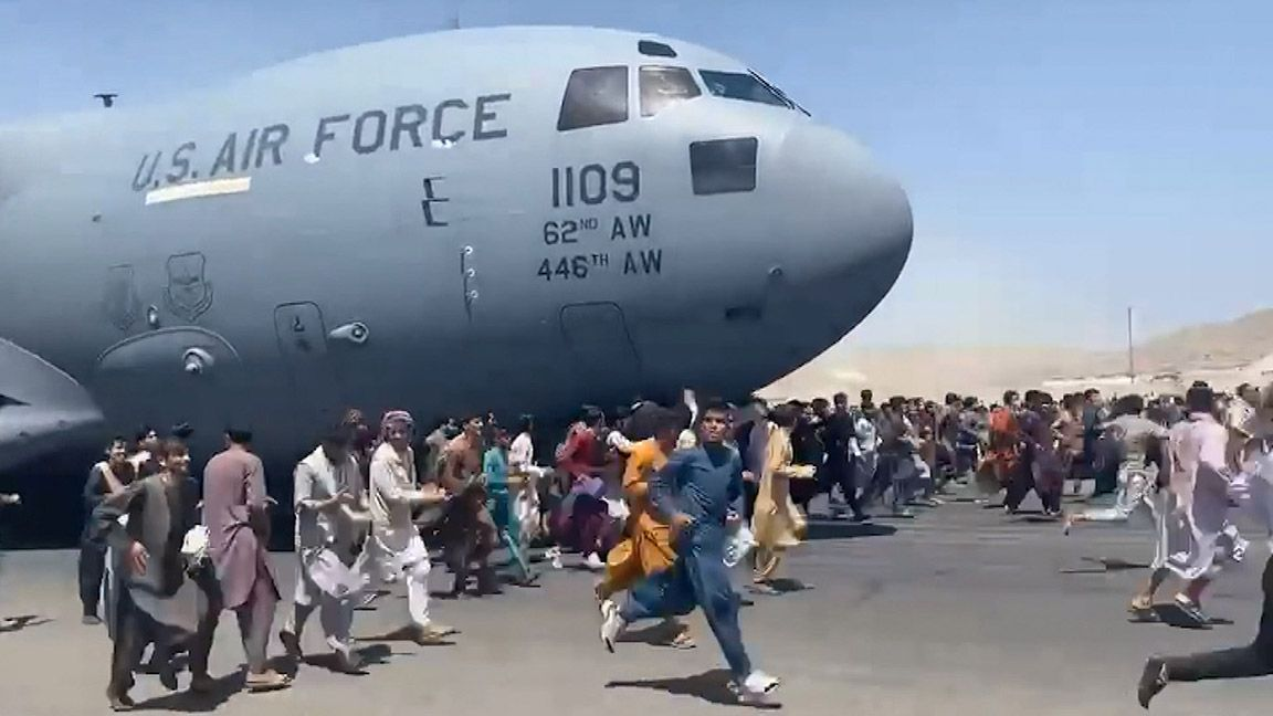 US military takes over Kabul airport as refugees rush to escape Taliban photo from Yahoo News