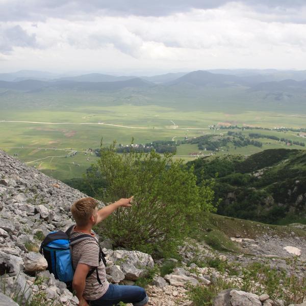 Coach Bart Huwé op de top van een berg