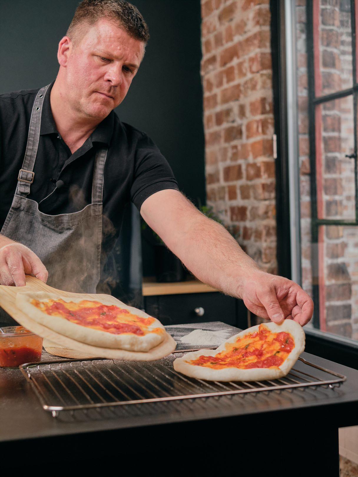 Halvstekt pizza med tomatsaus