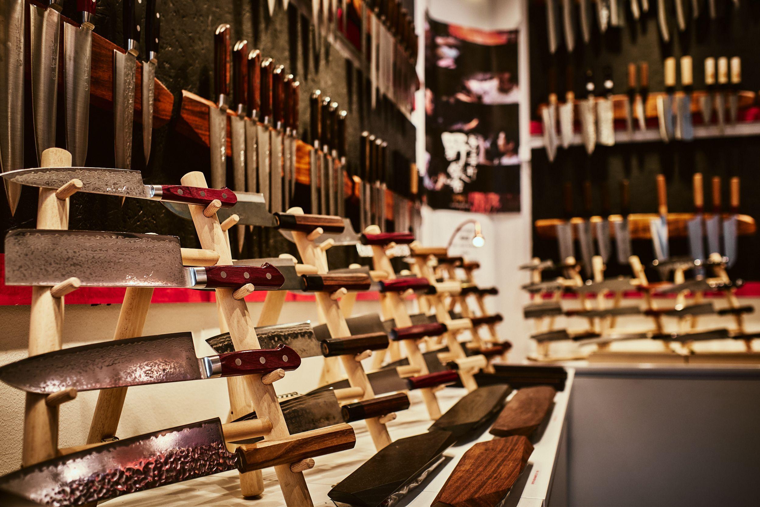 Forskjellige kjøkkenkniver avbildet i Skarpeknivers butikk