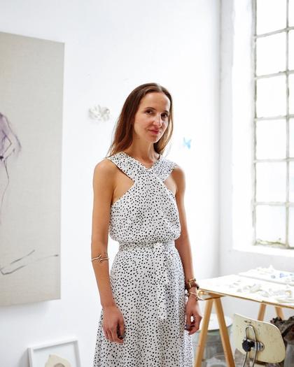 Portrait der Künstlerin Magda Krawcewicz in ihrem Atelier