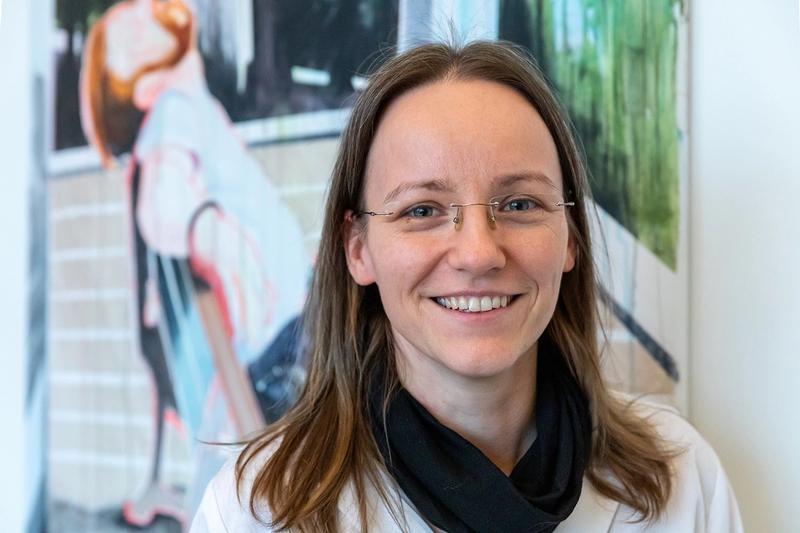 Portraitfoto der Künstlerin Marlen Schulz vor einem ihrer Werke
