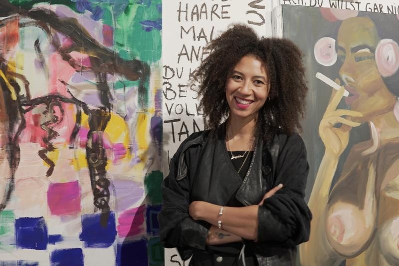 Portraitfoto von Josephine Sagna vor ihren Werken