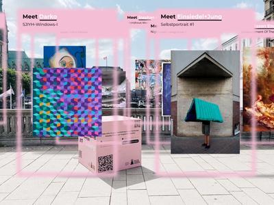 """Ein pinker Kubus mit QR-Codes steht an der Reesendammbrücke. Auf dem Kubus ist zu lesen """"MeetFrida"""" darunter steht """"ARt-Gallery"""". Das Logo des Hamburger Kultursommers ist auf dem Würfel zu sehen."""