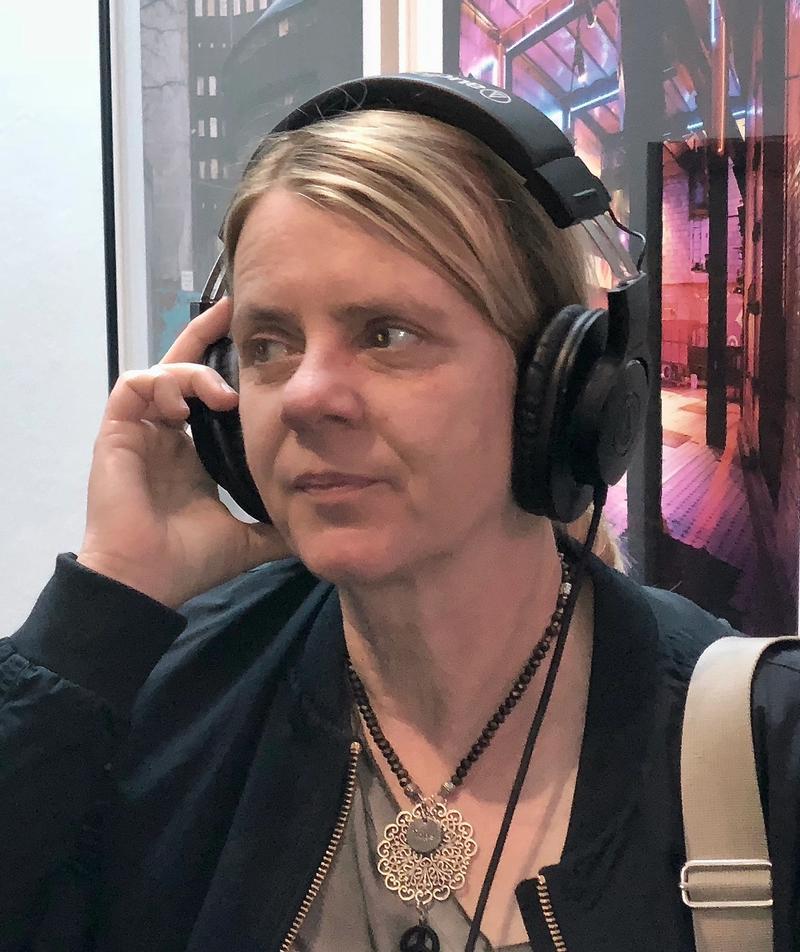 Portrait von Birgit Klerch mit Kopfhörern