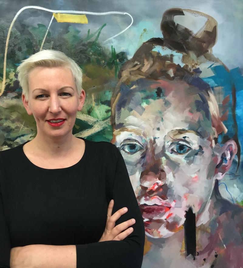 Portraitfoto von Claudia Mächler vor einem ihrer Kunstwerke