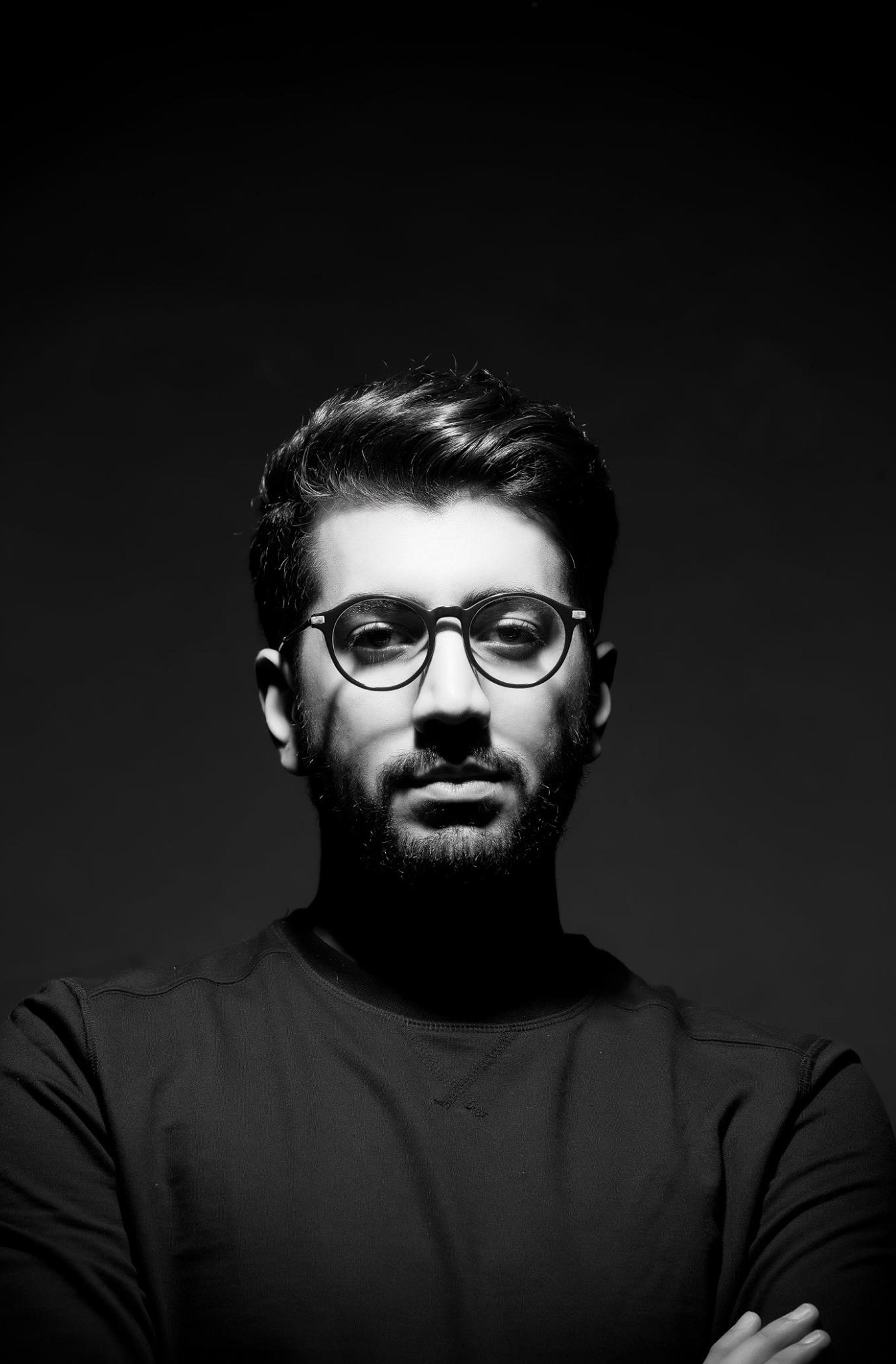 Portraitfoto von Farzin Foroutan in schwarz-weiß