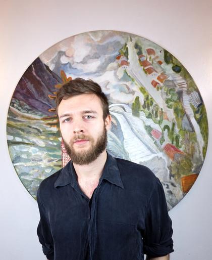 Portraitfoto von Jonathan Esperester vor einem seiner Kunstwerke