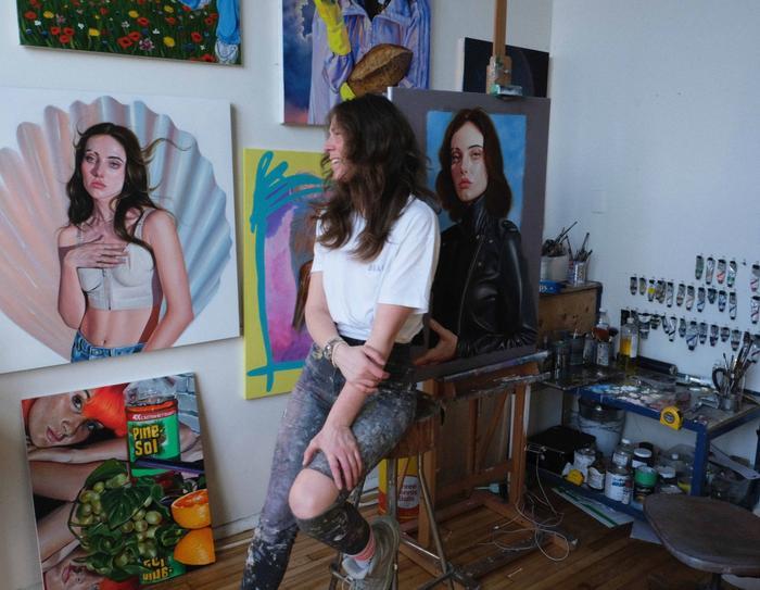 Die Künstlerin Roxanne Sauriol in ihrem Studio in Montreal, Kanada, im Hintergrund figurativen Malereien