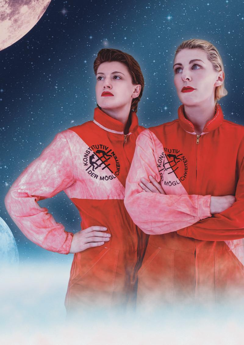 Portraitfoto von konstitutiv der Möglichkeiten, zwei Frauen im Astronautenanzug vor einem Sternenhimmel und Mond