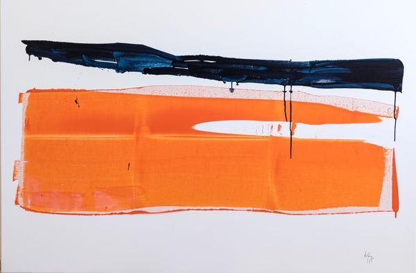 Ein breiter blauer Streifen and oranger Streifen tropfen über eine Leinwand.