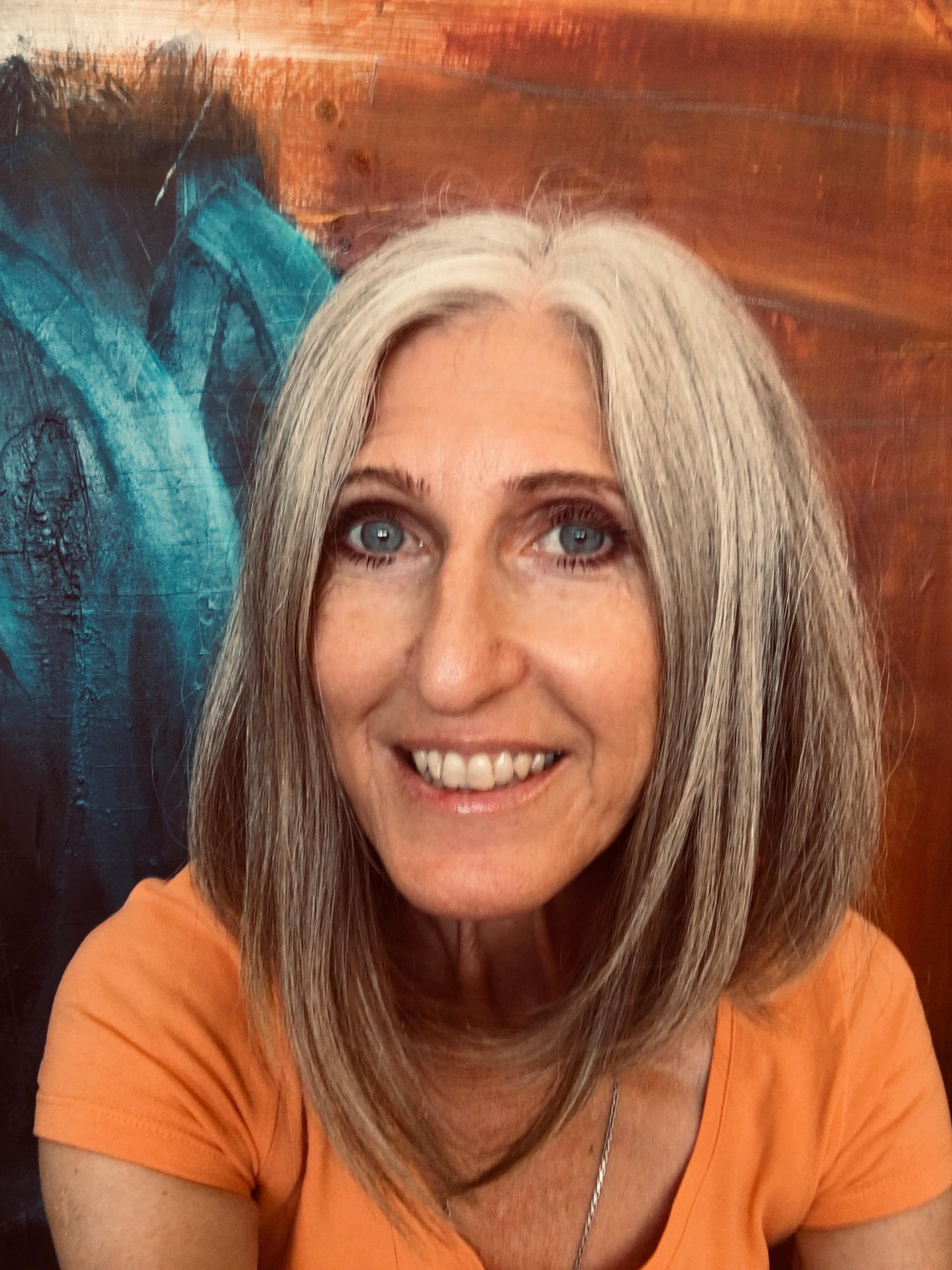 Portrait der Künstlerin Susanne Kirsch vor einem ihrer Kunstwerke