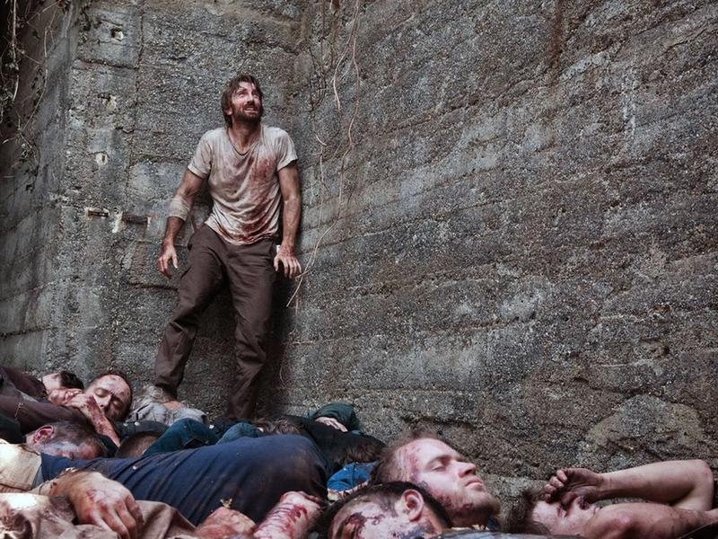 Um sobrevivente, dezenas de cadáveres.