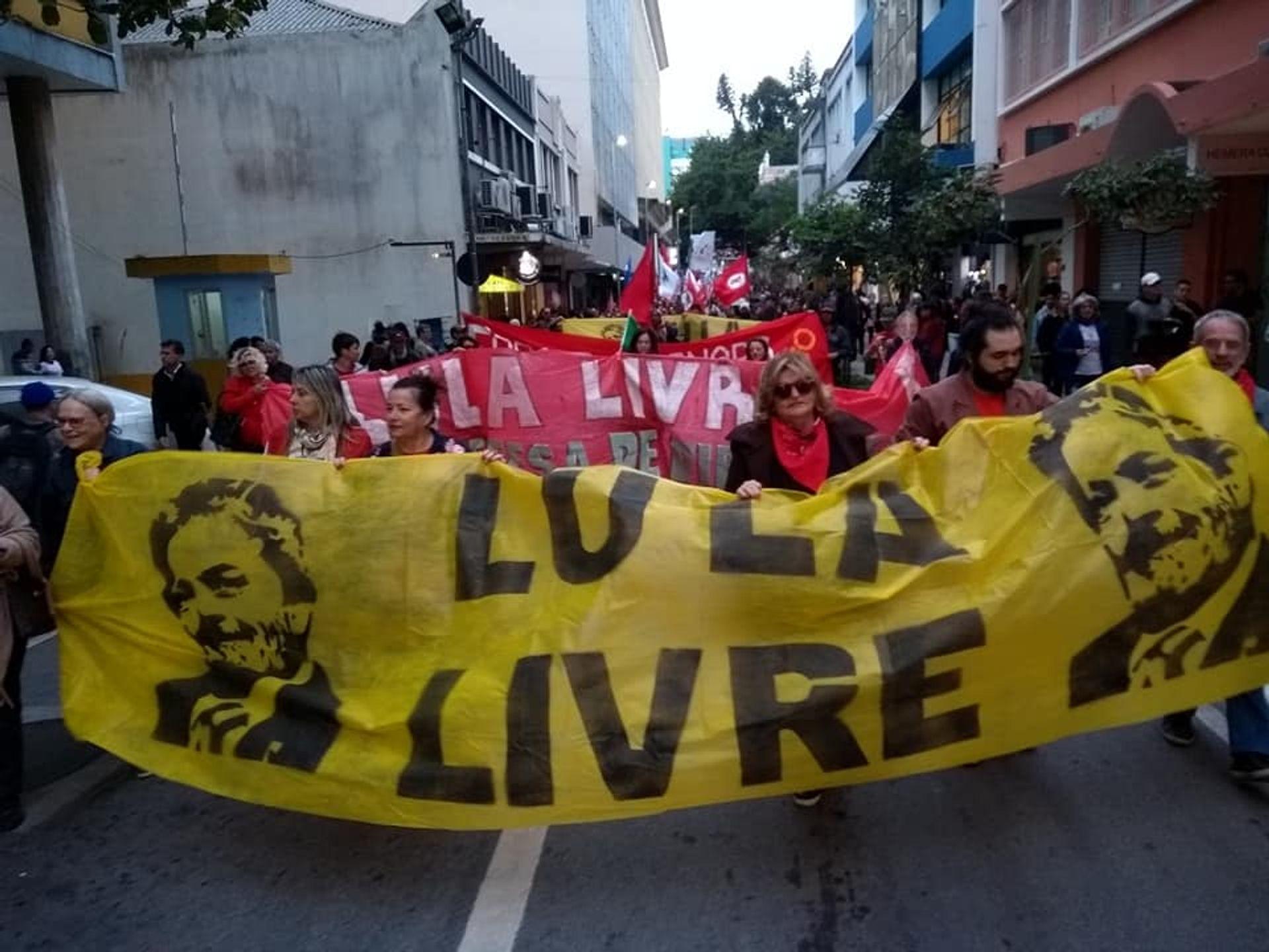 Manifestações em defesa da educação pública ganham força pelo país.