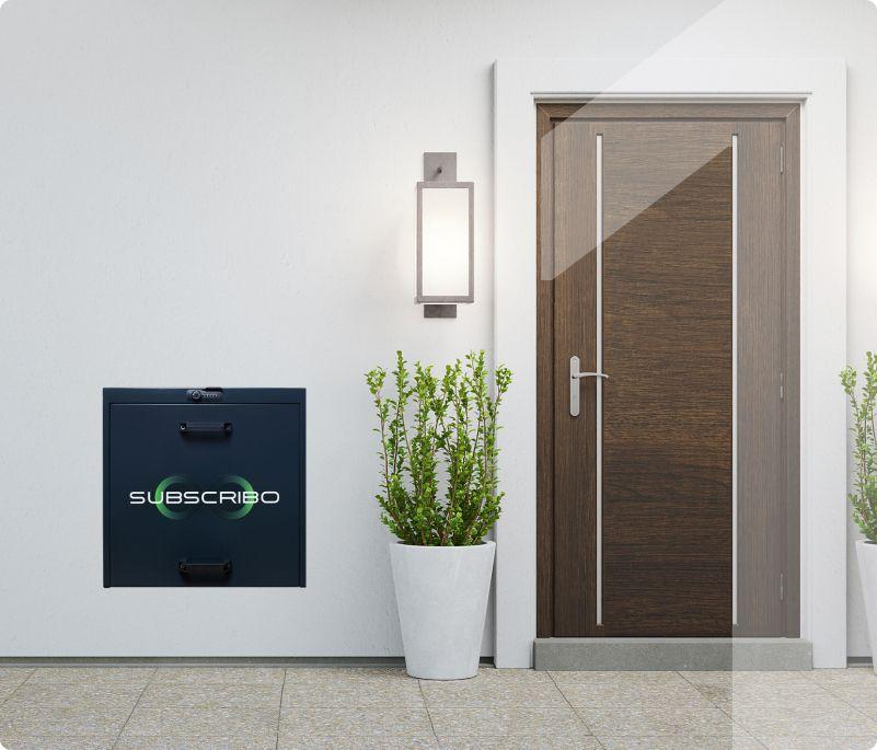 Zamknięty Subscribo Box obok drzwi