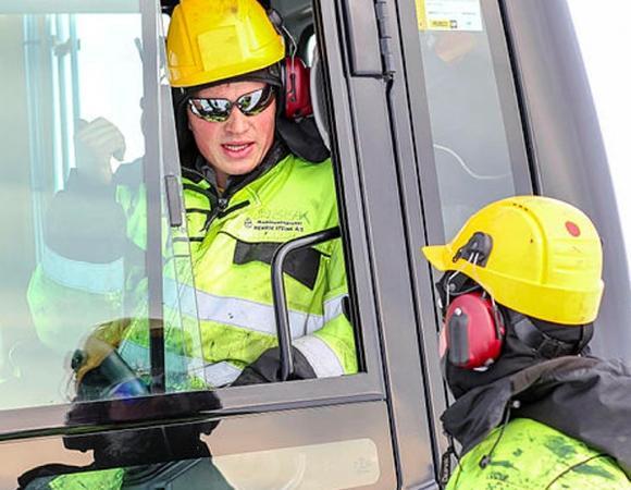 Bilde av to anleggsarbeidere som snakker sammen