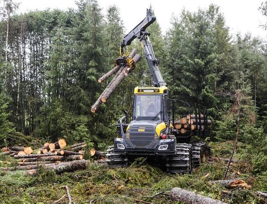 Bilde av en anleggsmaskin som løfter tømmer