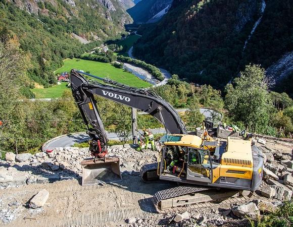 Bilde av gravemaskin på fjellet. Foto Jørn Søderholm