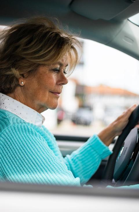 Berit fornøyd kunde i bil, bilabonnement, kortidleasing, leasing